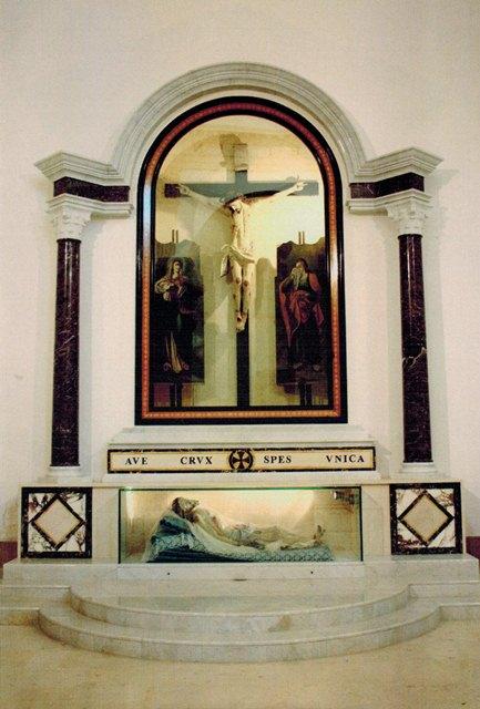 L arredo sacro san lorenzo massafra for Arredo sacro